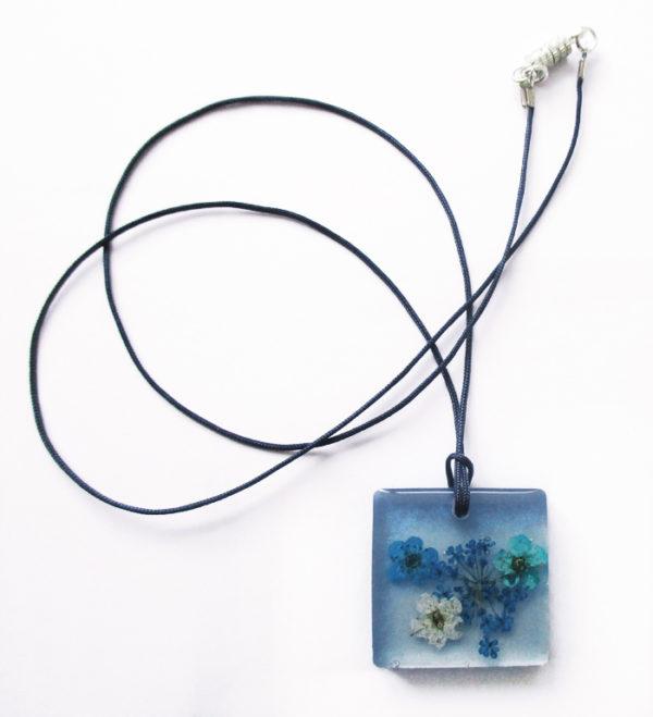 pendentif-ava-bijou-fleur-collier-floral-cadeau-nature-femme-resine-inclusion-bleu océan