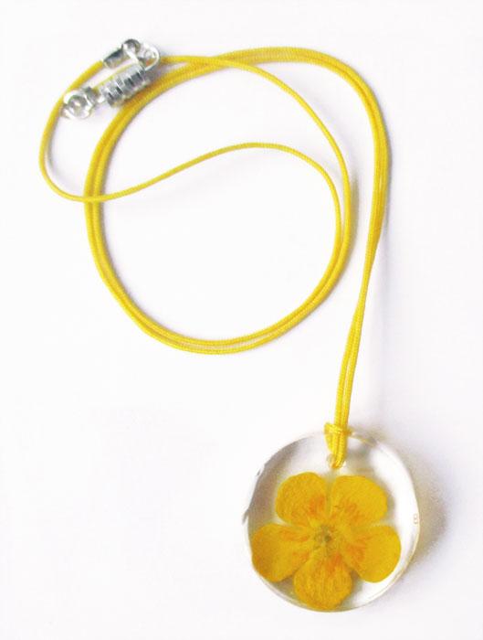 pendentif-bouton-d'or-bijou-floral-resine-fleurs-naturelles-made-in-france cadeau femme nature