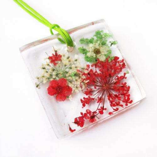 pendentif capucine bijou fleur bijoux nature en résine d'inclusion et fleurs naturelles