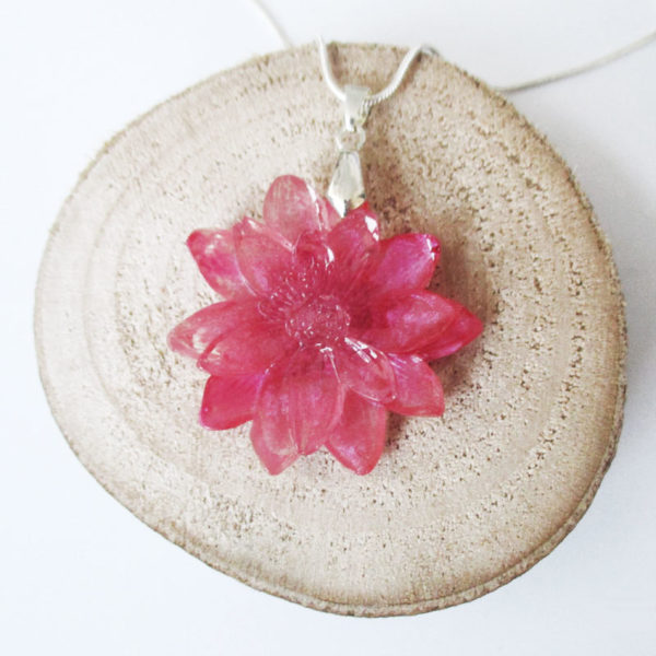 collier-rosamund-pendentif rose en résine et fleurs cadeau nature bijou femme