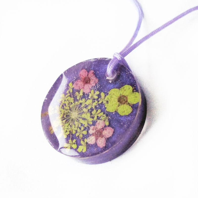 pendentif coraline bijoux en resine et fleurs naturelles With chambre bébé design avec bijoux fleurs naturelles résine