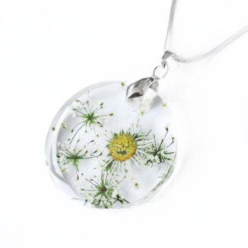 Pendentif Narcissa rond en résine et fleurs pressées - Bijou nature pâquerettes cadeau nature bijou femme