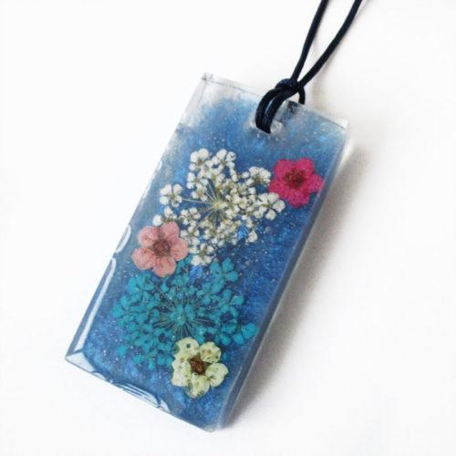 pendentif-bleu en résine et fleurs cadeau nature bijou femme