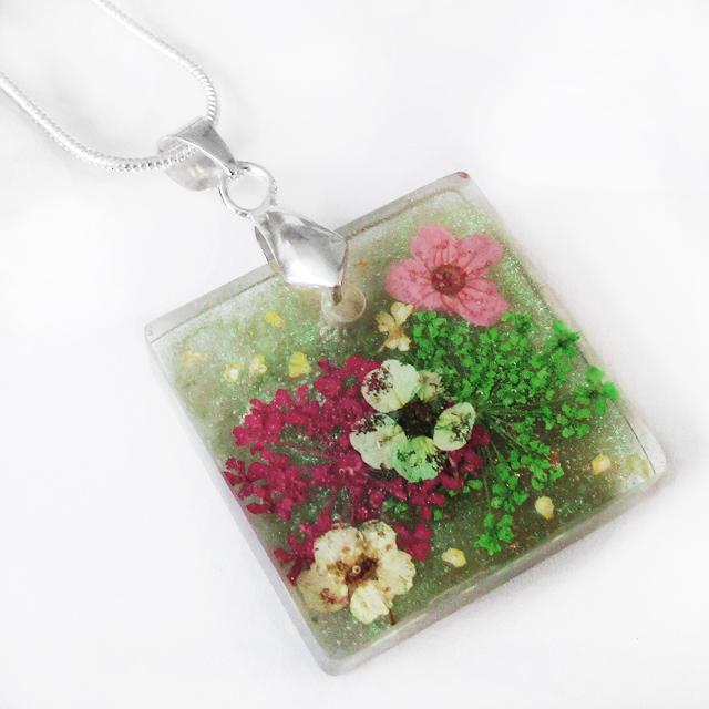 pendentif sila bijou floral fait main en r sine et fleurs nature lanaflore. Black Bedroom Furniture Sets. Home Design Ideas