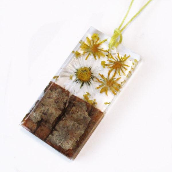 pendentif maelia fait main en résine fleurs et bois cadeau bijou nature femme