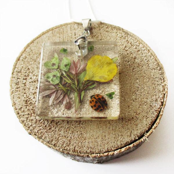 pendentif coccinelle bijou fleur collier nature cadeau fleurs femme bijou floral résine inclusion insecte