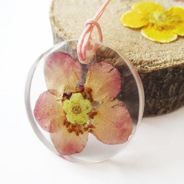 pendentif haemi-bijou-fleur-resine-fleurs-naturelles-cadeau-femme-nature-bijou floral unique tendance végétal