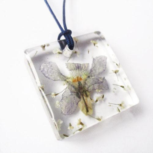 pendentif hanami bijou fleur violette résine fleurs naturelles cadeau femme nature-bijou floral unique tendance végétal