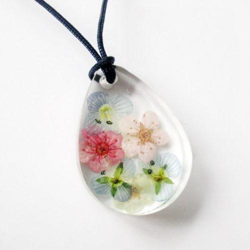 pendentif myosotis résine fleurs collier feuilles original bijou floral nature unique cadeau femme