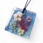 pendentif ellie bijoux nature résine d'inclusion bleue bijou fleurs naturelles cadeau nature collier végétal bijou femme