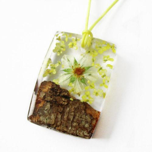 pendentif kristen en résine et bois bijoux fleurs fait main cadeau bijou nature femme