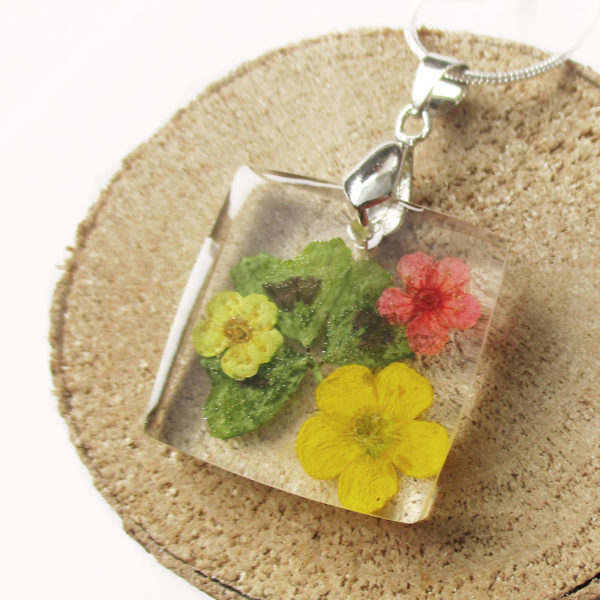 pendentif trèfle bijou fleur résine fleurs naturelles porte-bonheur cadeau femme nature bouton d'or bijou floral unique tendance végétal argent 925 sterling