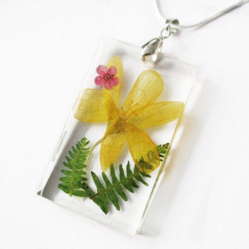 pendentif victoria bijou fleur résine fleurs naturelles cadeau femme nature bouton d'or bijou floral unique tendance végétal