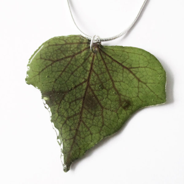 bijoux nature pendentif feuille de lierre résine d'inclusion végétale
