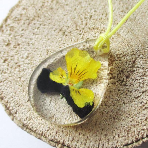 pendentif nadia résine d'inclusion bijou nature fleurs naturelles cadeau floral jaune noir collier végétal bijou nature femme argent sterling 925