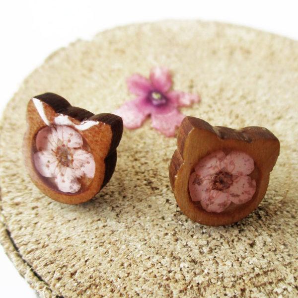 Boucles d'oreilles Chat Rose en bois et résine d'inclusion fleurs séchées bijoux nature