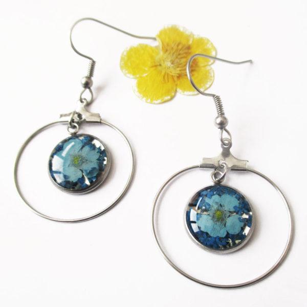 boucles-d'oreilles creoles-saphir bleu-clair-resine inclusion fleurs séchées bijoux nature