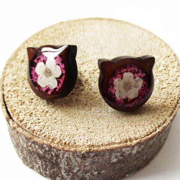 Boucles d'oreilles Chat Rose en bois et résine d'inclusion fleurs séchées rose et blanche bijoux nature