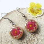 Boucles d'oreilles MALIKA pendants roses en bois bijoux nature turquoise résine inclusion lanaflore bijoux végétal fleurs naturelles cadeau femme original