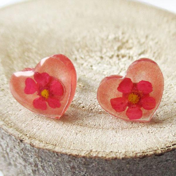 Boucles d'oreilles cœur grenadine rose rouge bijou nature en résine d'inclusion et fleurs séchées fait main en france
