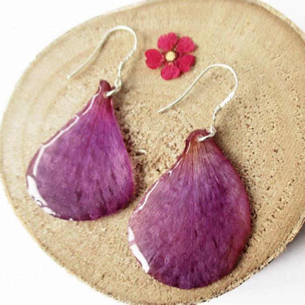 boucles d'oreilles pétale violet bijou nature bijoux fleurs en résine et fleurs anémone naturelle