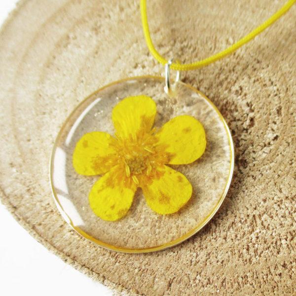 pendentif bouton d'or cerclé résine d'inclusion bijoux nature fleurs naturelles cadeau floral collier végétal bijou jaune femme argent sterling 925