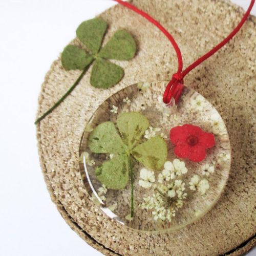 pendentif-trefle-et fleur rouge-naturelle résine bois inclusion bijou femme cadeau nature