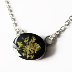 bijoux personnalisés fleurs résine noire fleur colza jaune commande sur mesure bijou végétal