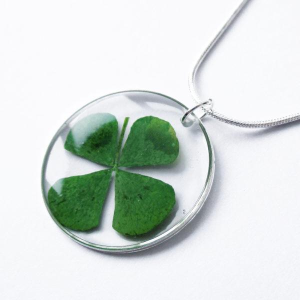 pendentif-trefle-a-4-feuilles--fleur naturelle résine bois inclusion bijou femme cadeau nature