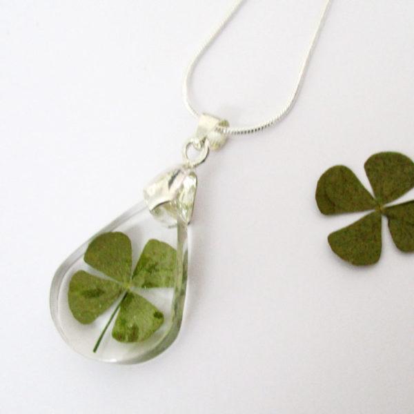 pendentif-trefle-vert-porte-bonheur-naturelle résine bois inclusion bijou femme cadeau nature