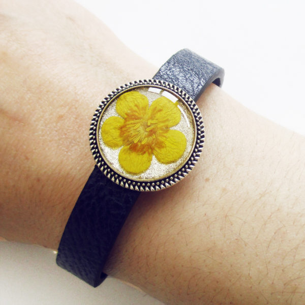 bracelet-bouton-d'or en résine, cuir et fleurs bijoux nature original cadeau femme tendance nature cuir bleu fleur jaune porte-bonheur