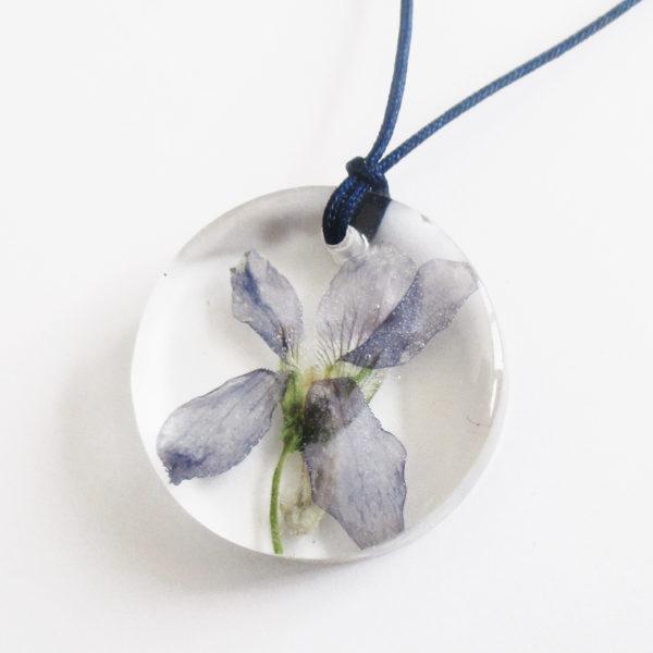 pendentif malena bijou fleur violette résine fleurs naturelles cadeau femme nature-bijou floral unique tendance végétal