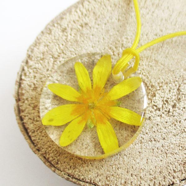 pendentif astoria fleur jaune porte-bonheur résine d'inclusion bijou nature lilas fleurs naturelles cadeau floral collier végétal bijou nature femme argent sterling 925