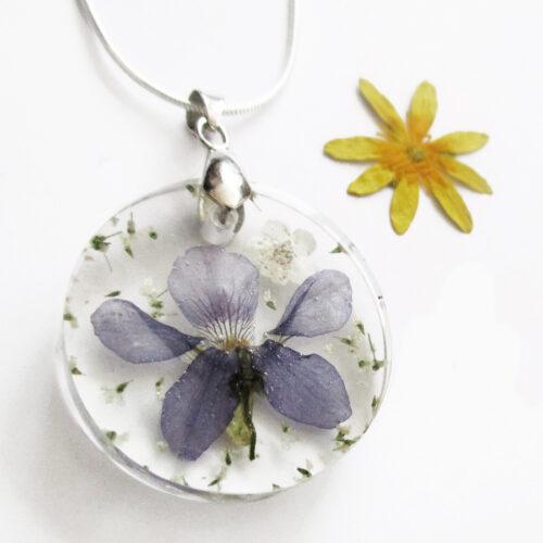 pendentif colette bijou fleur de violette résine fleurs naturelles cadeau femme nature-bijou floral unique tendance végétal