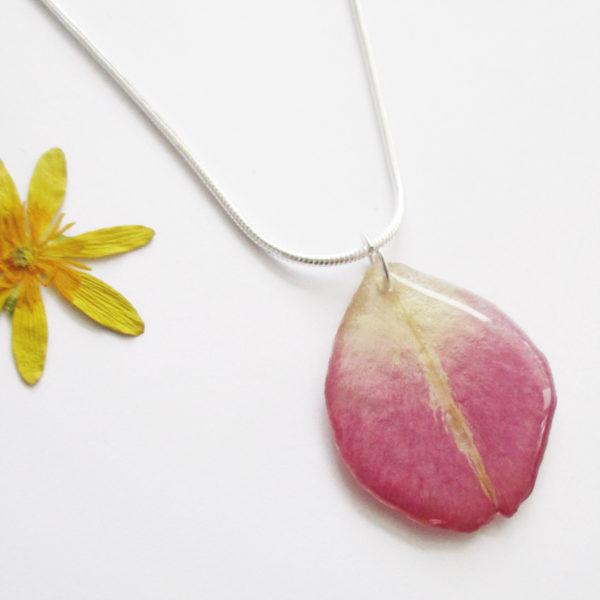 pendentif pétale rose poudrée collier végétal résine d'inclusion bijoux nature fleurs naturelles cadeau floral femme argent sterling 925
