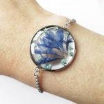 bracelet fleurs bleues en résine, argent et fleurs bijoux nature original cadeau femme tendance nature cuir bleu fleur jaune porte-bonheur