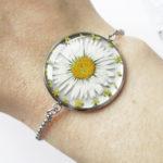 bracelet pâquerette en résine, argent et fleurs bijoux nature original cadeau femme tendance nature cuir bleu fleur jaune porte-bonheur