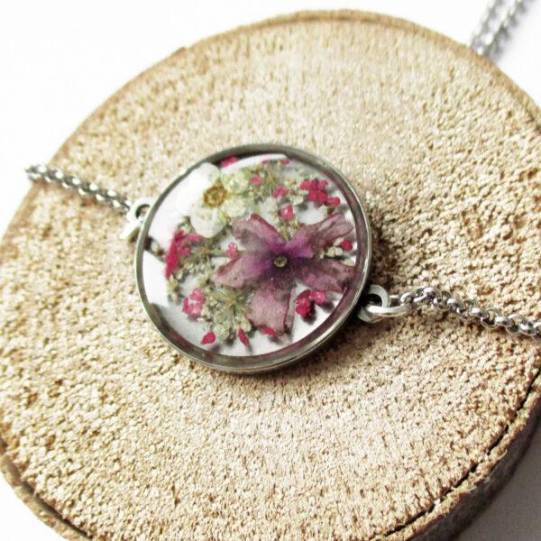 pendentif norah en résine, argent et fleurs bijoux nature original cadeau femme tendance nature cuir bleu fleur jaune porte-bonheur