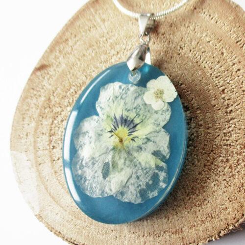 pendentif-pensée-ultra-blue en résine d'inclusion bleu argent et fleurs bijoux nature original cadeau végétal femme tendance nature fleur porte-bonheu
