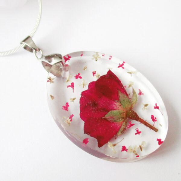 pendentif rose passion en résine, argent et fleurs bijoux nature original cadeau femme tendance nature fleur porte-bonheur