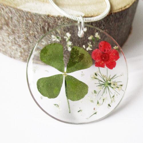 pendentif-trefle-chance-fleur naturelle trèfle à quatre feuilles résine bois inclusion bijou femme cadeau nature