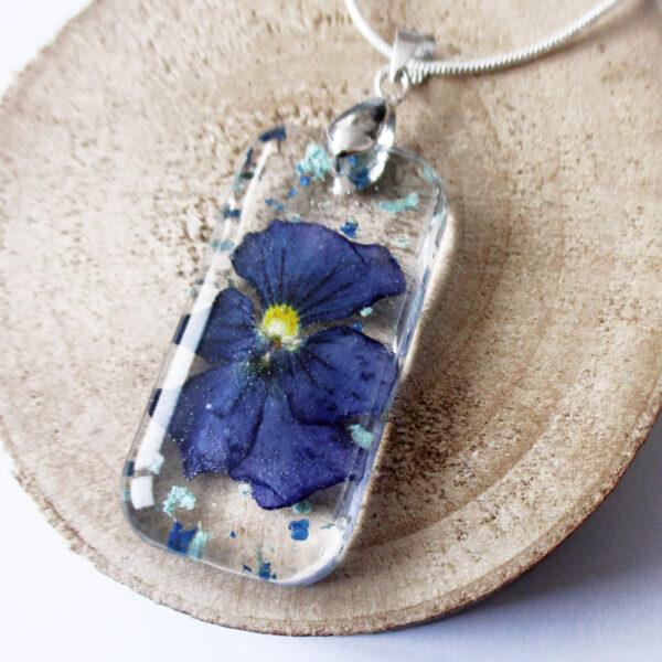 pendentif blue flower fleur naturelle résine inclusion bijou nature bijoux végétal femme cadeau