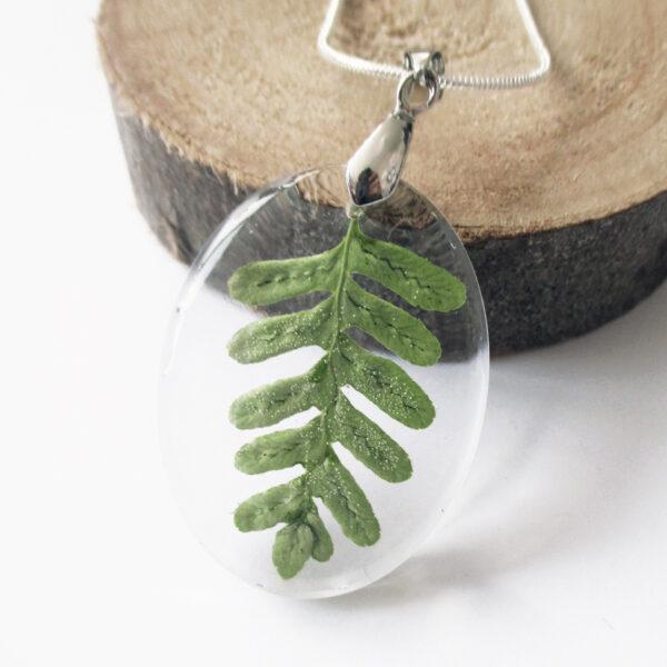 pendentif-feuille-de forêt vert en résine, argent et fleurs bijoux nature original cadeau femme tendance nature fleur porte-bonheur