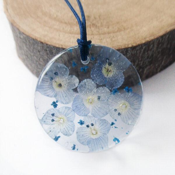 pendentif-fleur-de-myosotis- en résine d'inclusion et fleurs couleur bordeaux sang collier floral Bijoux femme cadeau original nature en argent 925