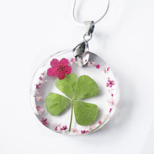 pendentif-kawaii-trefle à quatre feuilles -en résine d'inclusion et fleurs couleur bordeaux sang collier floral Bijoux femme cadeau original nature en argent 925