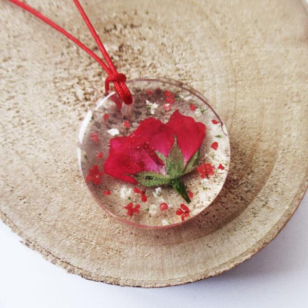 pendentif-mini-rose-rouge-en résine, argent et fleurs bijoux nature original cadeau femme tendance nature fleur porte-bonheur