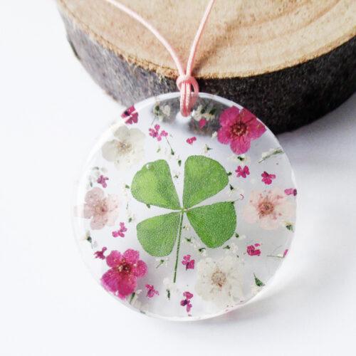 pendentif-rose-de-trefle-en résine, argent et fleurs bijoux nature original cadeau femme tendance nature fleur porte-bonheur