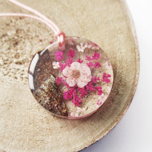 pendentif-rose-pastel-et-bois-en résine d'inclusion et fleurs couleur bordeaux sang collier floral Bijoux femme cadeau original nature en argent 925