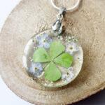 pendentif trèfle et myosotis fleur naturelle résine bois inclusion bijou femme cadeau nature